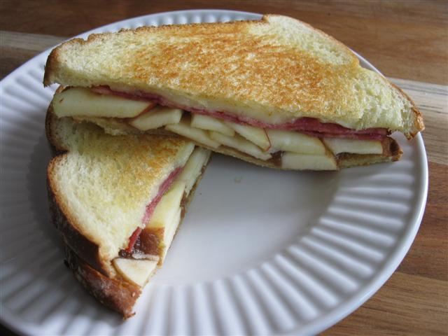 Grilled Sandwich with White Cheddar, Turkey Bacon, Apples, and Apple Butter